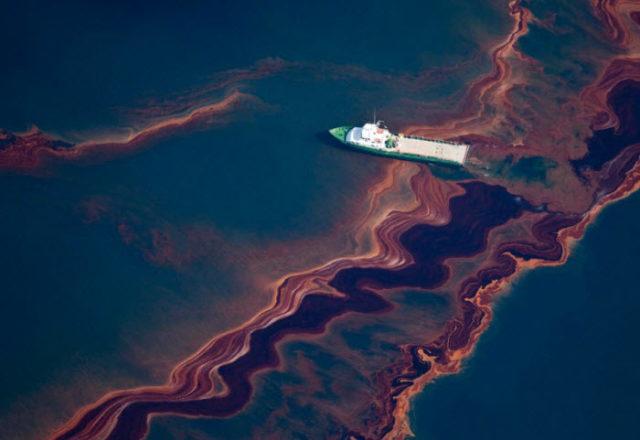 Разлитая нефть