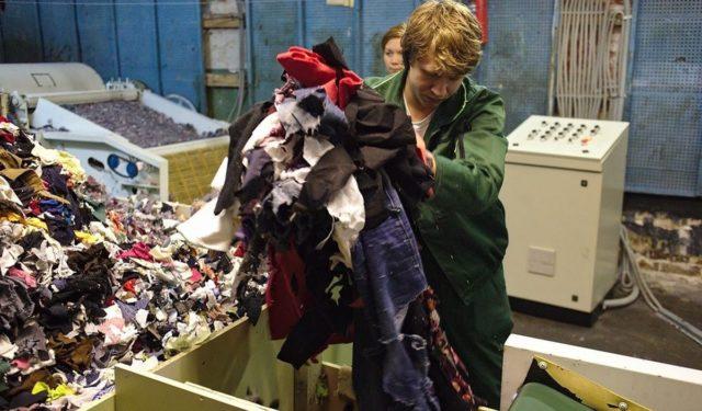 Переработка одежды на волокно